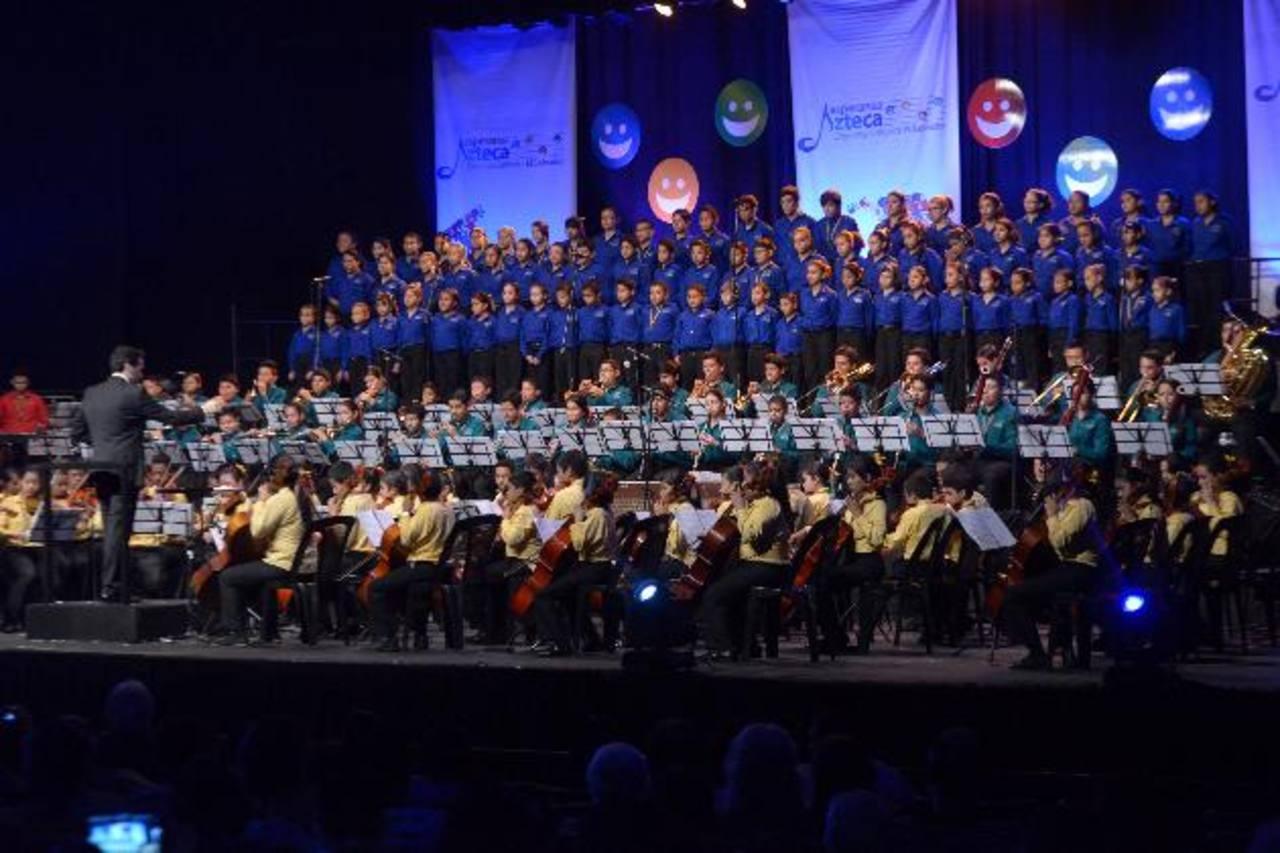 El coro y la orquesta Esperanza Azteca actuaron en el Teatro Presidente. Foto EDH / César Avilés