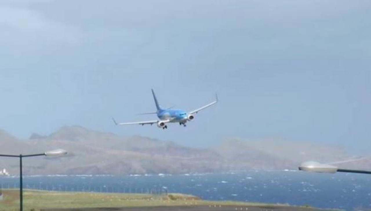 VIDEO: Piloto evita tragedia tras fuerte ráfaga en aterrizaje
