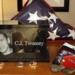 Fotografía del 17 de diciembre de 2013 que muestra la urna que contiene las cenizas de C.J. Twomey en la casa de sus padres en Auburn, Maine.
