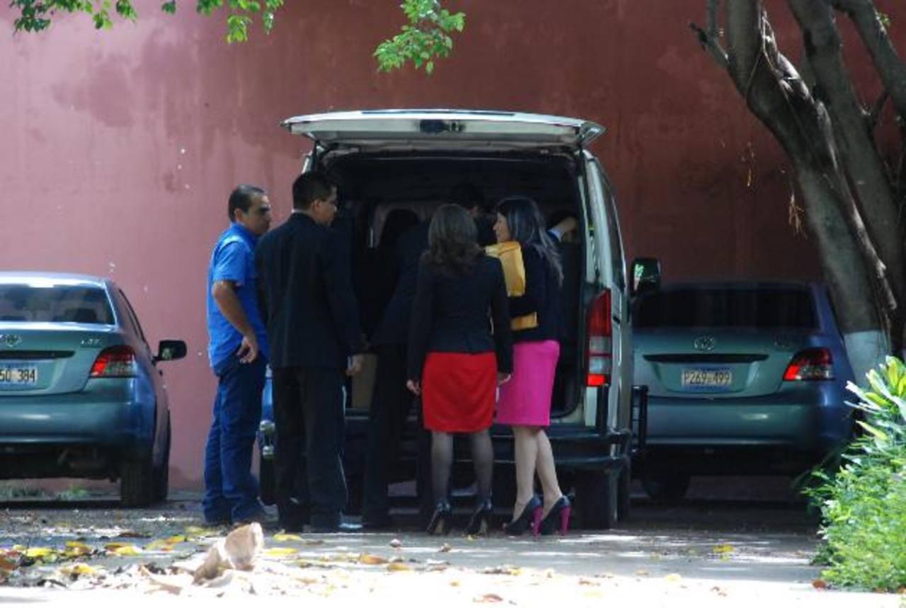 Miembros de la Fiscalía sacan parte de las cajas y paquetes que contienen pruebas documentales para presentar en el juicio que se desarrollará toda la semana.