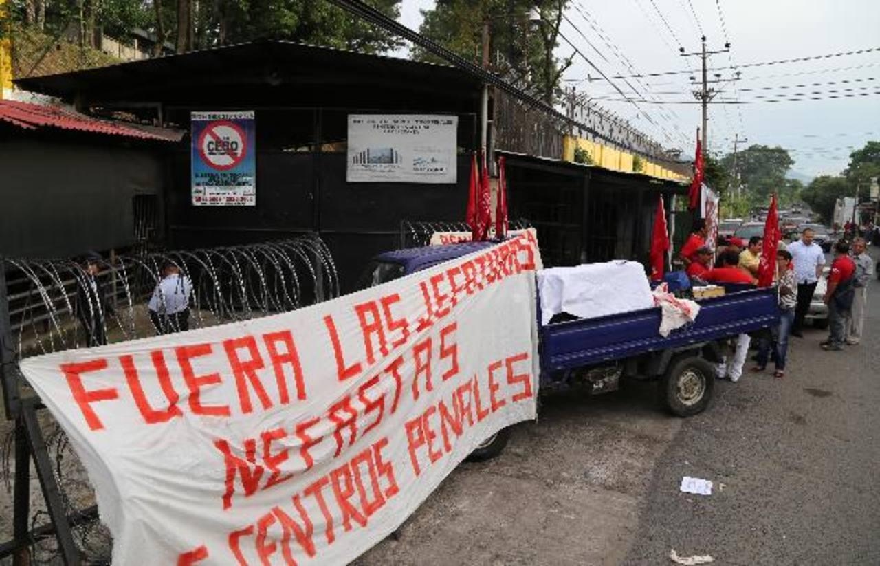 Ante la negativa del ministro de Seguridad y Justicia, Benito Lara, de firmar el contrato colectivo, los sindicalistas de Centros Penales, controlan las entradas de los reclusorios en el país.