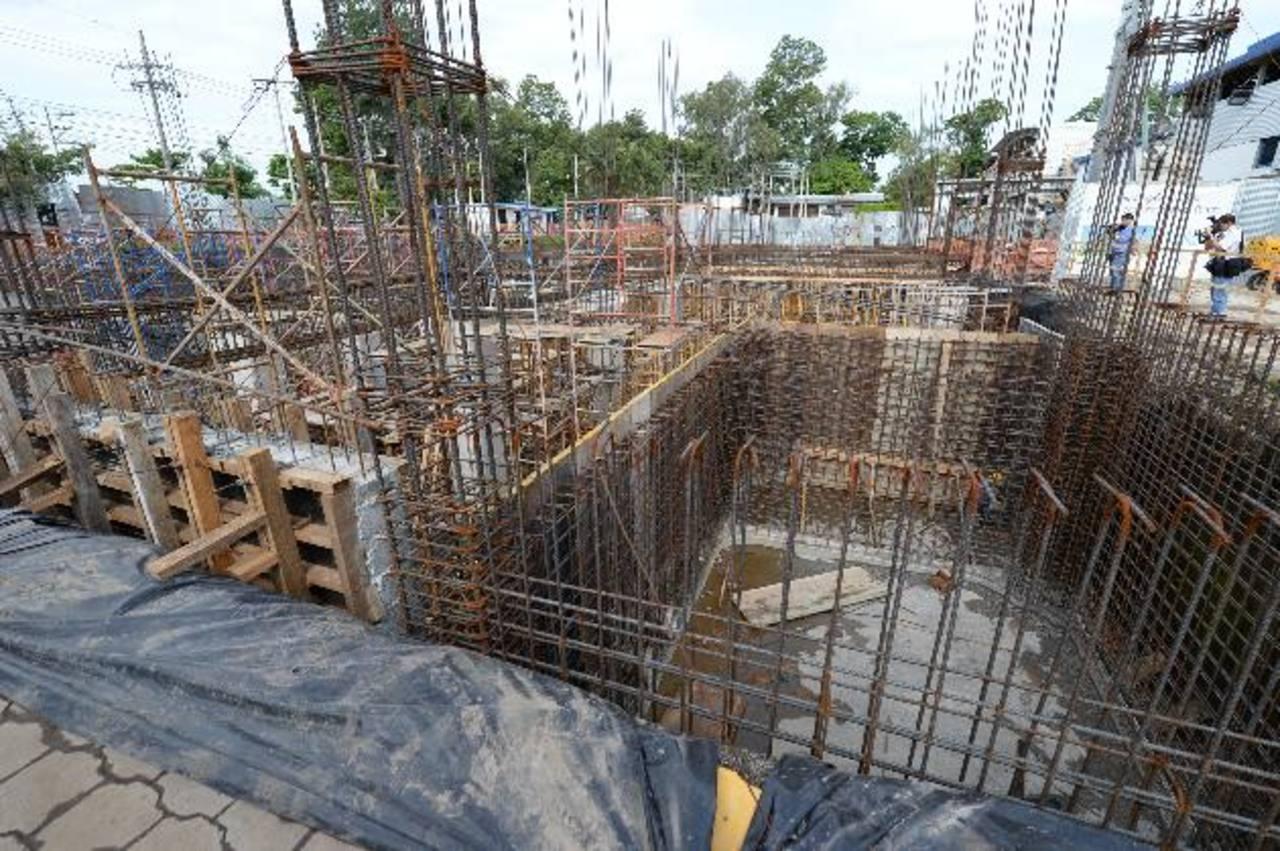 Hay más dificultades para abrir nuevos negocios en el país, según el Banco Mundial. La construcción es impactada. foto edh / archivo.
