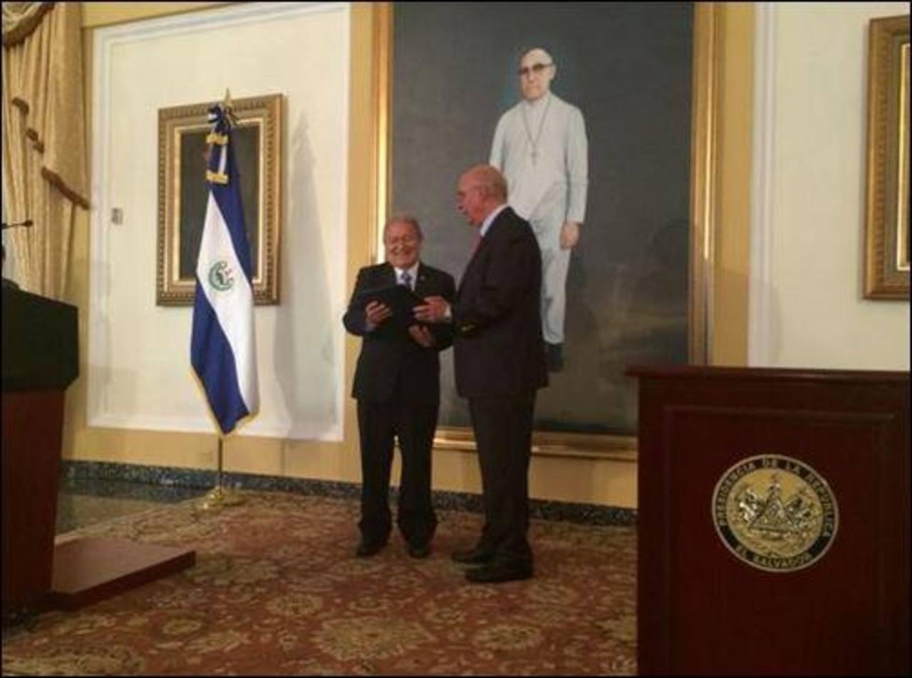 Sánchez Cerén recibe el Acta de los Acuerdos de Paz