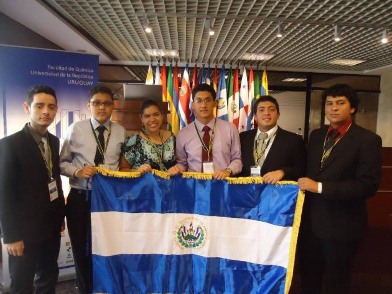 Rodrigo José Mundo (corbata roja), conquistó una medalla de oro en Química. Foto EDH / cortesía.