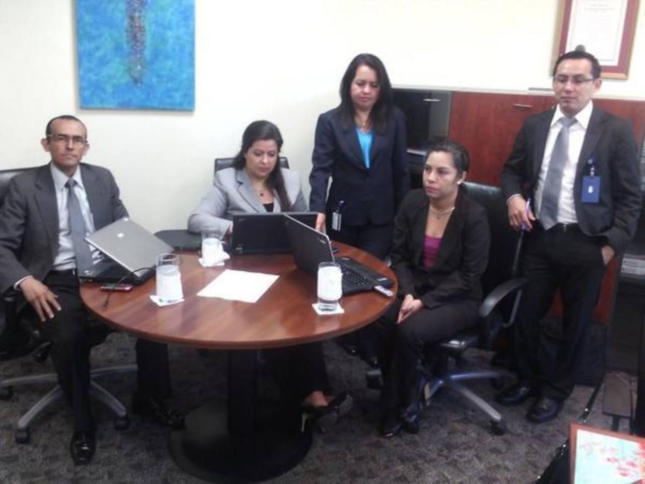 Técnicos de la SSF llegaron a Dicom (Equifax) para iniciar la auditoría. foto edh / cortesía