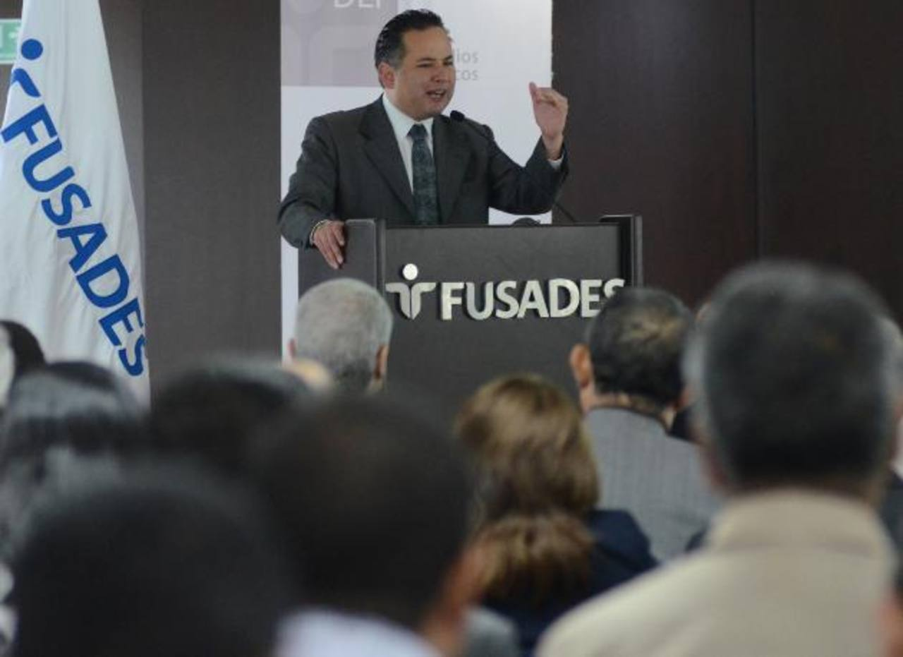 El investigador Santiago Nieto expuso la experiencia exitosa de México sobre los concejos plurales. foto edh / leonardo González.