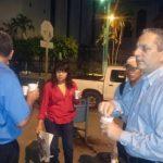 El candidato Edwin Zamora con su café al iniciar consulta con capitalinos, desde la madrugada.