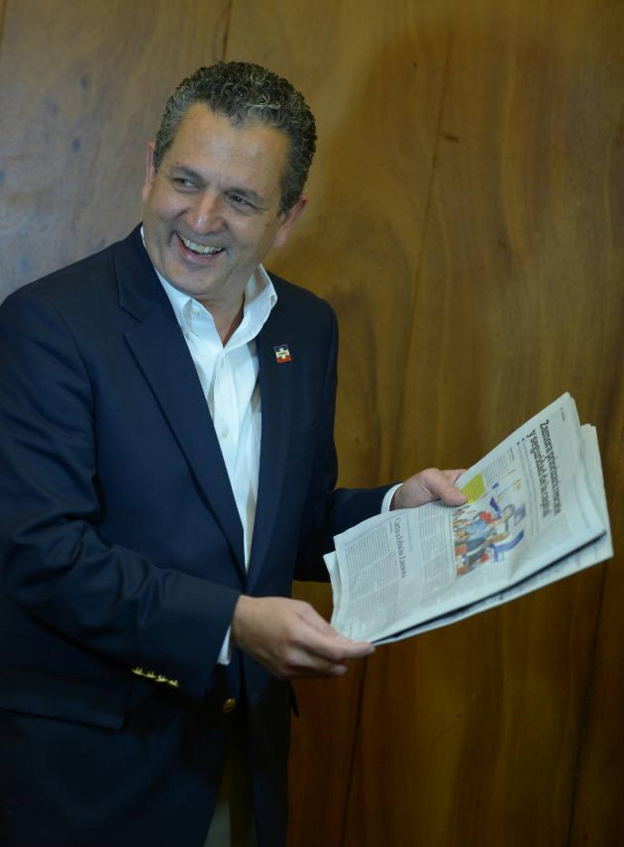 Edwin Zamora, aspirante a la comuna capitalina ríe por la carta que le dedicó el columnista Paolo Lûers. fotos edh / marvin recinos