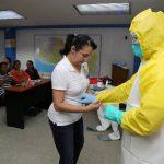 La doctora Lilian Cruz explicó el uso del traje de protección especial al persona del Minsal que asistió a la capacitación ayer en las instalaciones de la OPS. Foto EDH / William Martínez
