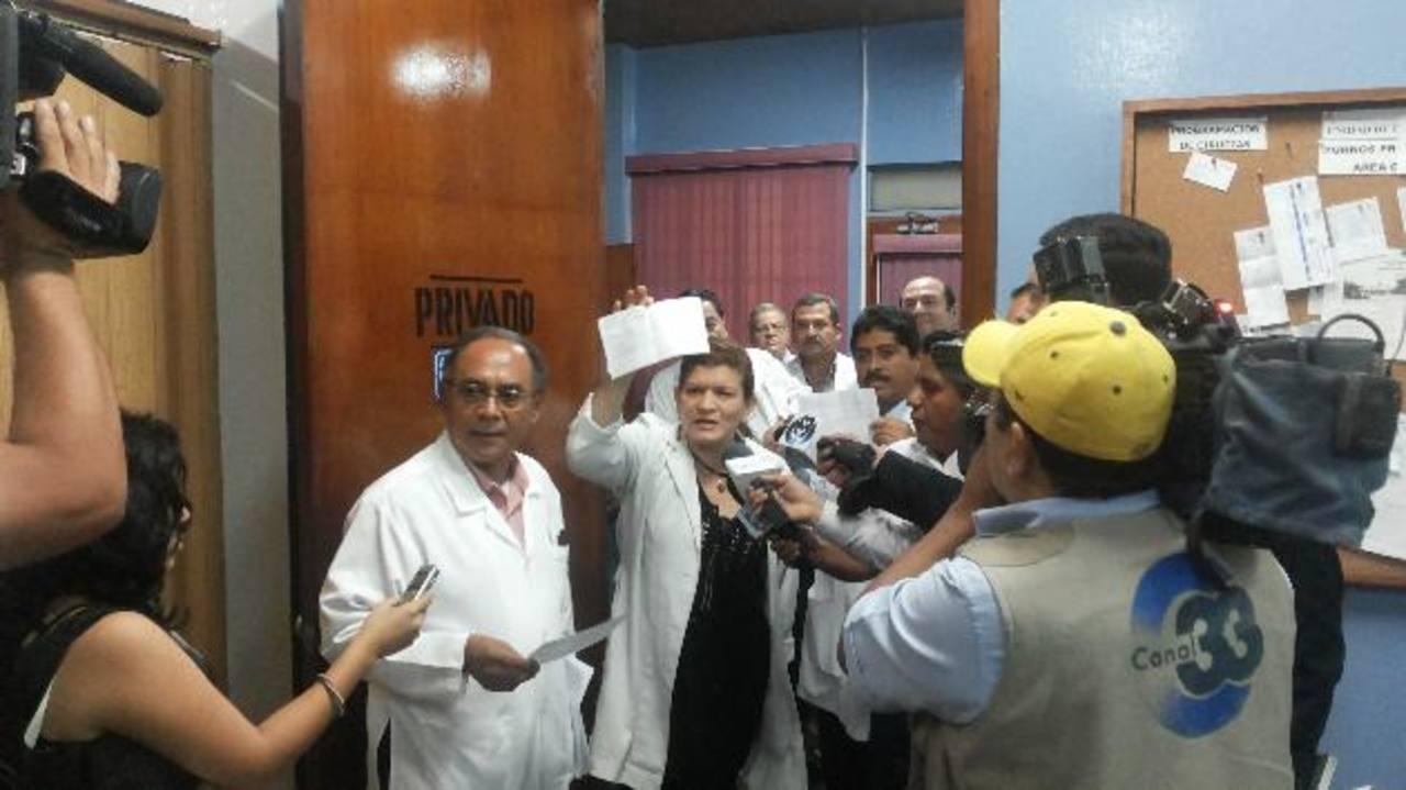 Momentos en que el grupo de médicos llegó a la oficina del director del hospital Rosales, para reclamarle. Foto EDH