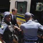 Sentencian a Pistorius a cinco años de prisión por matar a su novia