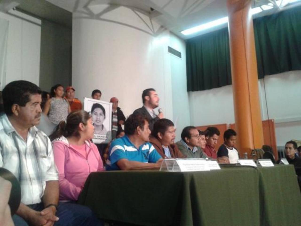 """Los padres de los 43 estudiantes desaparecidos atienden a los periodistas en el centro de Derechos Humanos """"Miguel Agustín Pro Juárez"""" y acudieron a la residencia presidencial Los Pinos para reclamar justicia."""