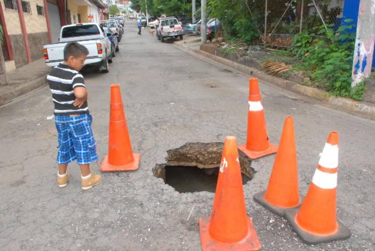 El agujero está lleno de agua y cada día aumenta su tamaño. Alcaldía asegura que lo reparará. fotos edh / insy mendoza