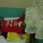 Un hombre con insuficiencia renal recibe terapia sustitutiva en el hospital Rosales.