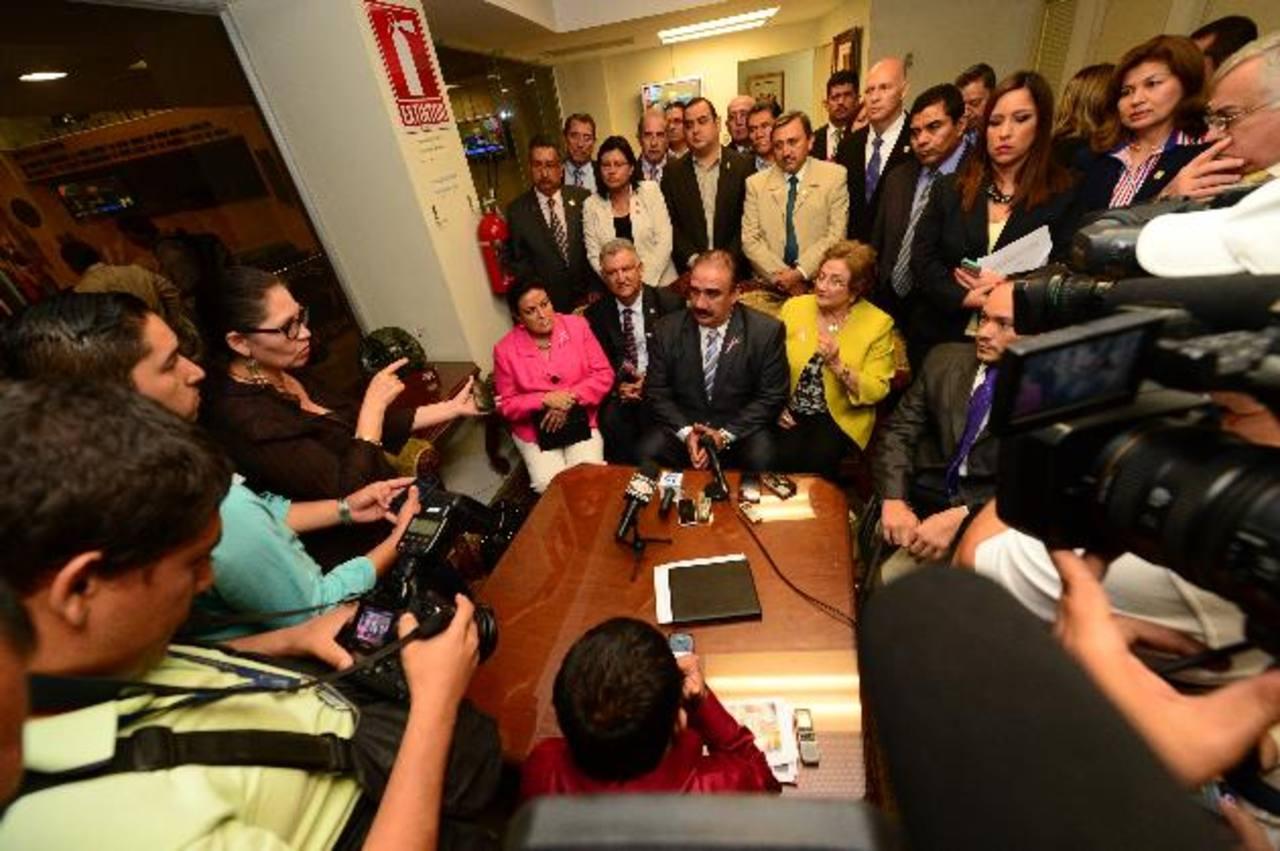 Después de irse del Salón Azul, ARENA dio una conferencia de prensa. Foto EDH / Jorge reyes
