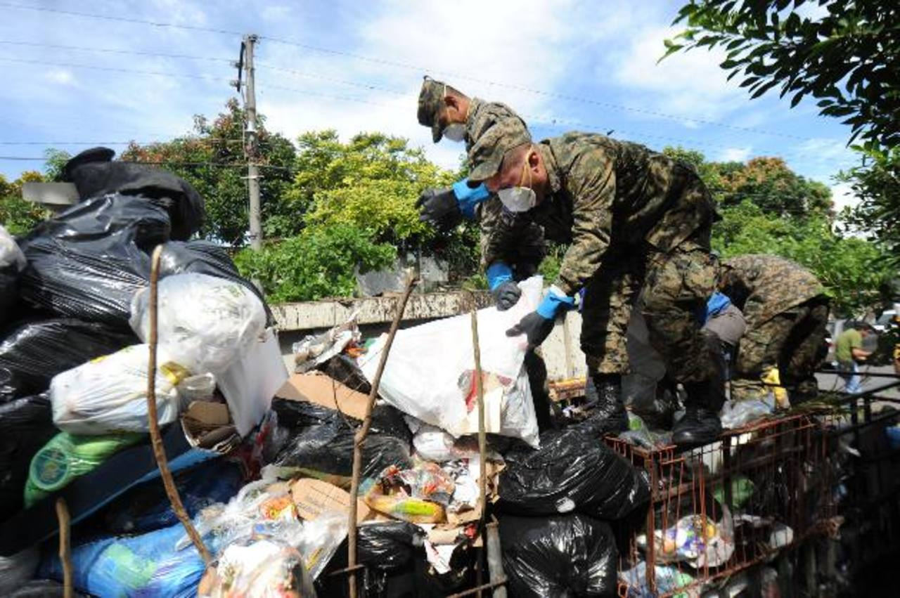 Soldados de la Fuerza Armada participan en las labores de recolección de desechos. Foto EDH / LISsette Monterrosa