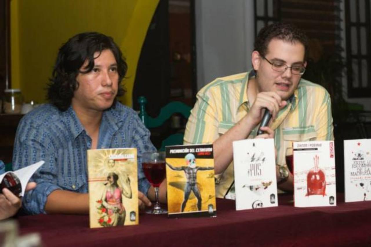 El poeta hondureño Ludwing Varela y el editor Andrés Norman Castro durante la presentación del editorial.