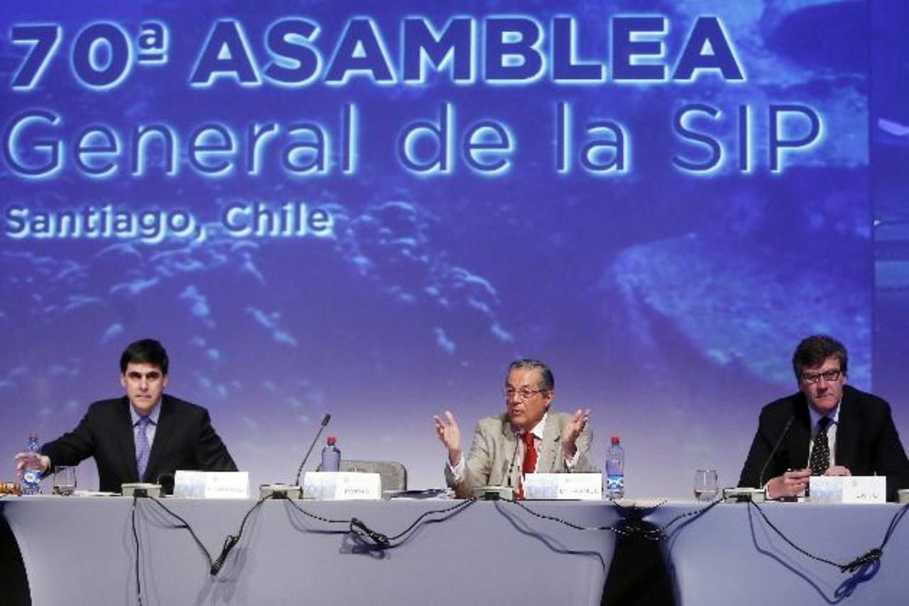El subdirector del diario El Mercurio, Álvaro Fernández (izquierda), el columnista de Folha Do Sao Paulo, Carlos Alberto Di Franco (centro), y el decano de la Facultad de Comunicación de la Universidad de los Andes, Juan Ignacio Brito.
