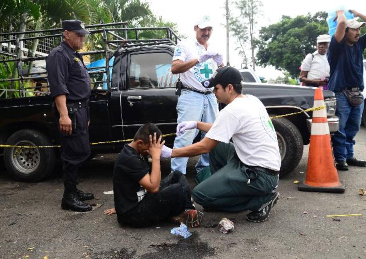 Un menor de 15 años fue lesionado de la nariz cuando intentaba asesinar a un vigilante del mercado Central. Foto EDH / César Avilés.
