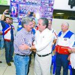 Norman Quijano y Edwin Zamora se saludan al llegar a la sede del Coena para juramentar directivas. foto edh /rené Estrada