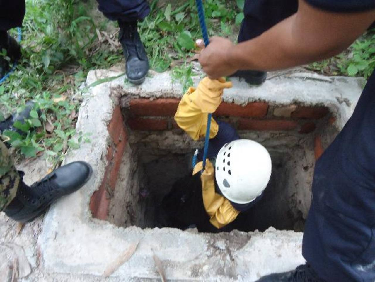 Mueren dos hombres en La Paz al intentar recuperar celular caído en fosa séptica