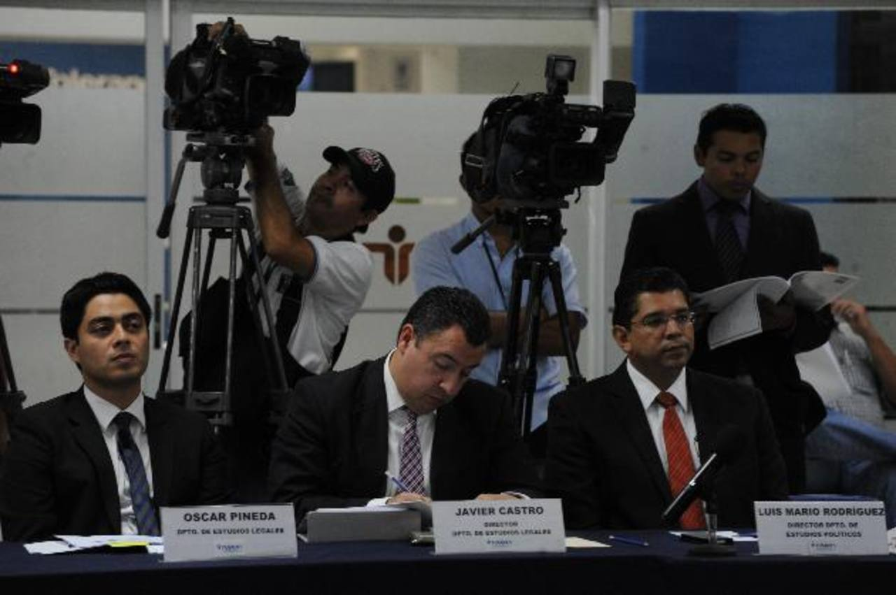 Óscar Pineda, Javier Castro, Luis Mario Rodríguez, de Fusades, presentaron el informe sobre Petrocaribe: Una mirada legal y política. Sus efectos en El Salvador. Fotos EDH /claudia castillo