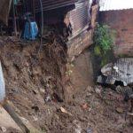 Al menos tres viviendas de la comunidad Santa Rosa Atlacatl resultaron dañadas tras derrumbarse un muro.