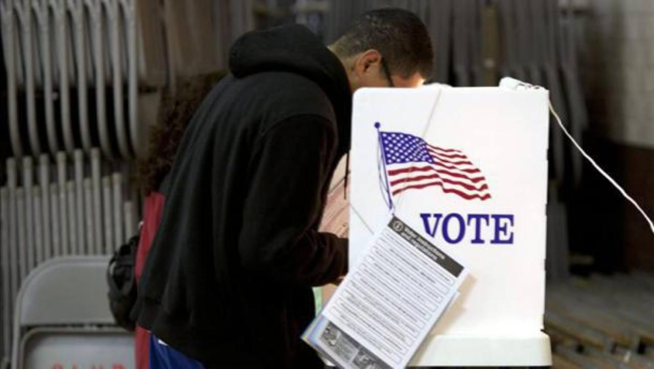 Un joven hispano deposita su voto en un centro de votación. foto edh / archivo