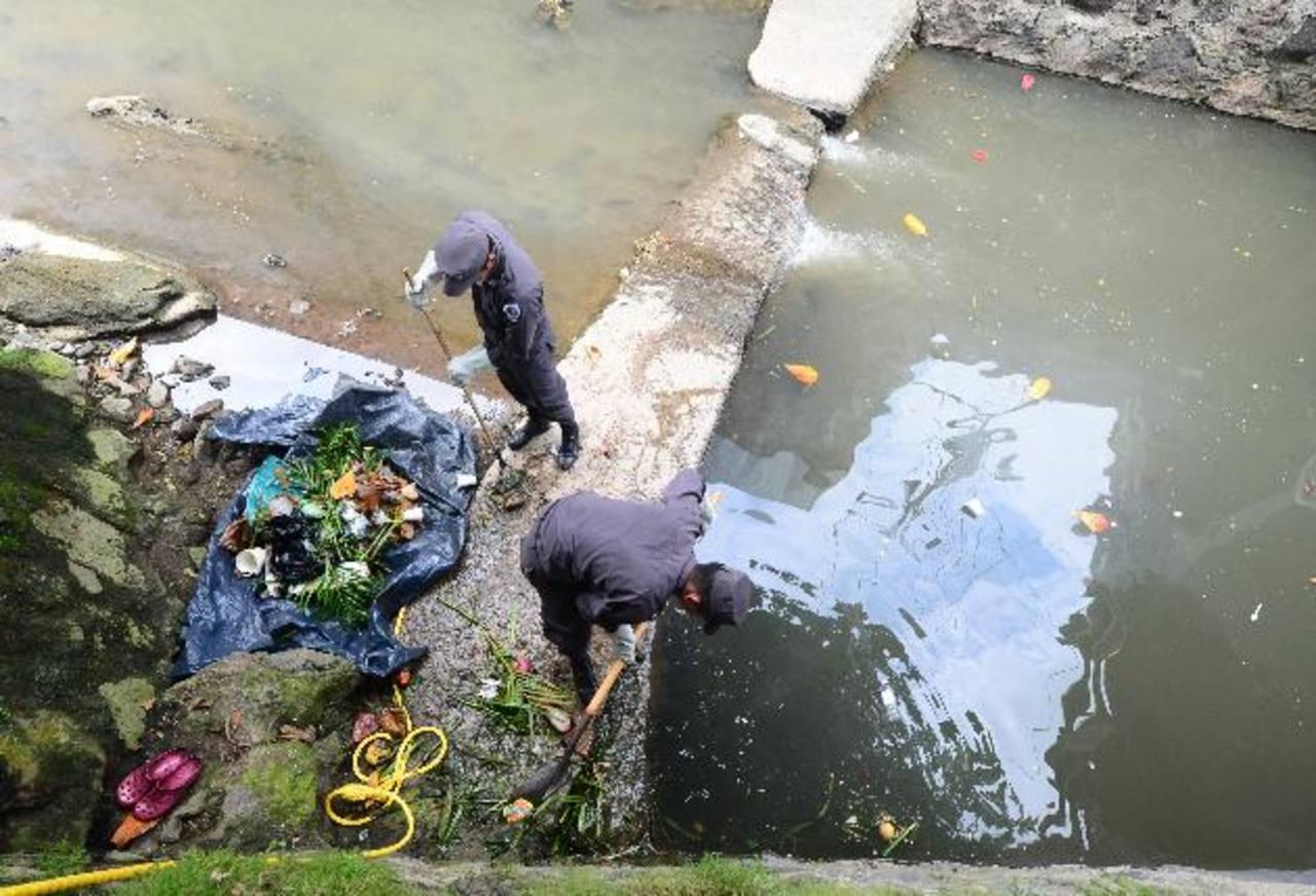 Alumnos de la ANSP limpian en la quebrada de la colonia Minerva. Foto EDH/ Ericka Chávez