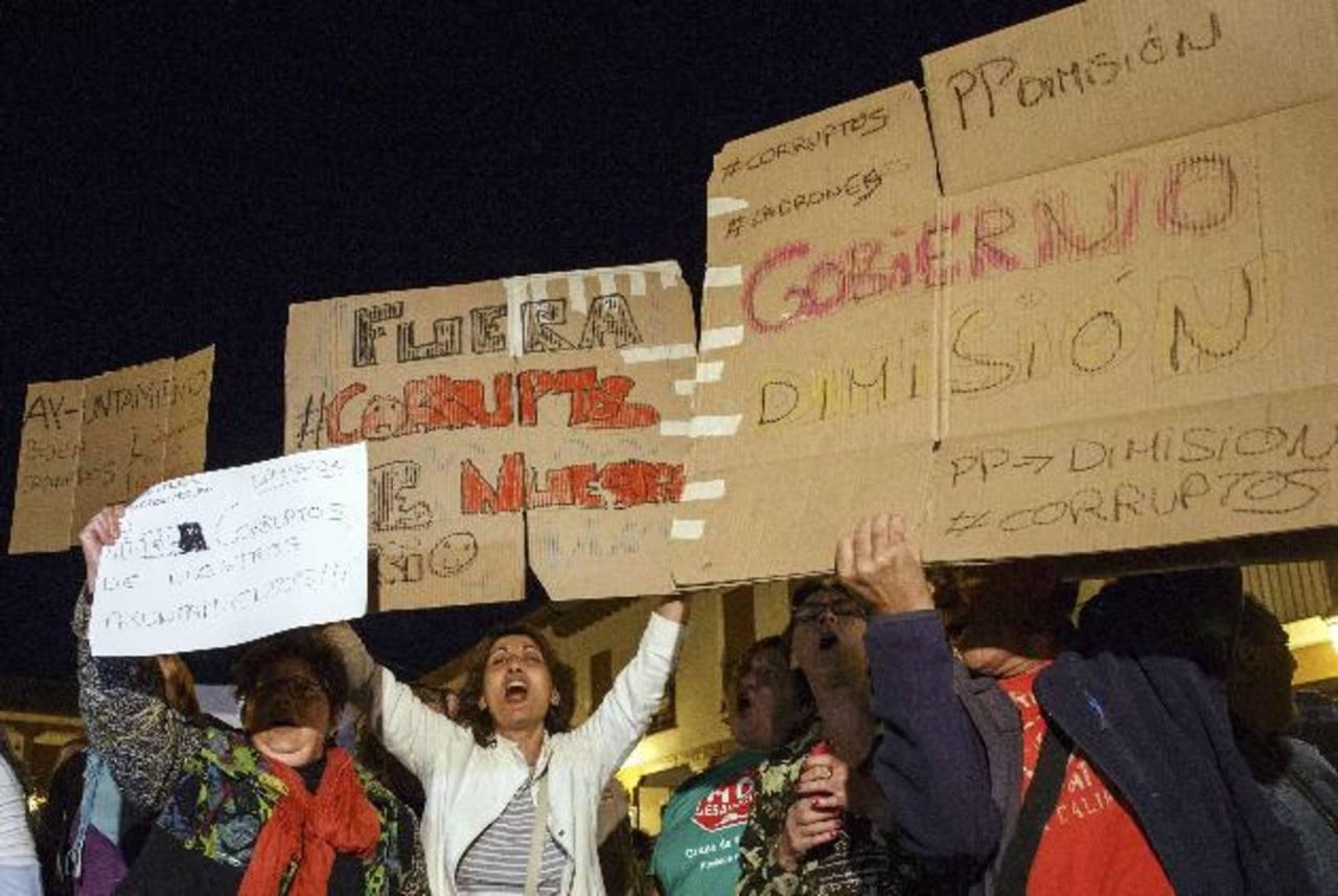Protesta en el municipio de Valdemoro contra la corrupción entre políticos españoles. foto edh / reuters