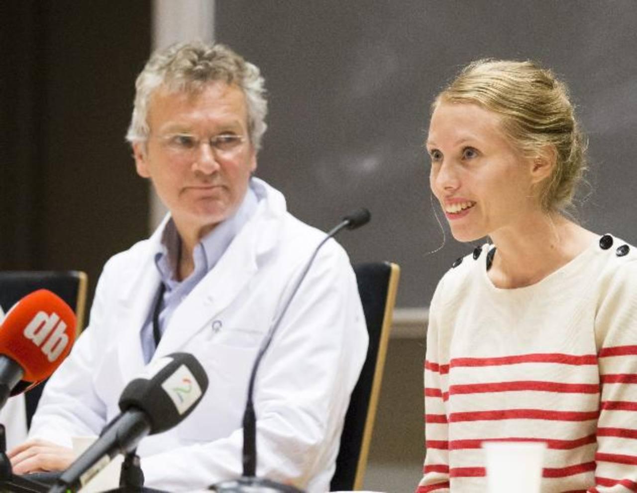 La cooperante noruega infectada de ébola en Sierra Leona hace dos semanas, Silje Lehne Michaelsen junto al médico Dag Kvale durante la rueda de prensa ofrecida este lunes en Oslo, Noruega.