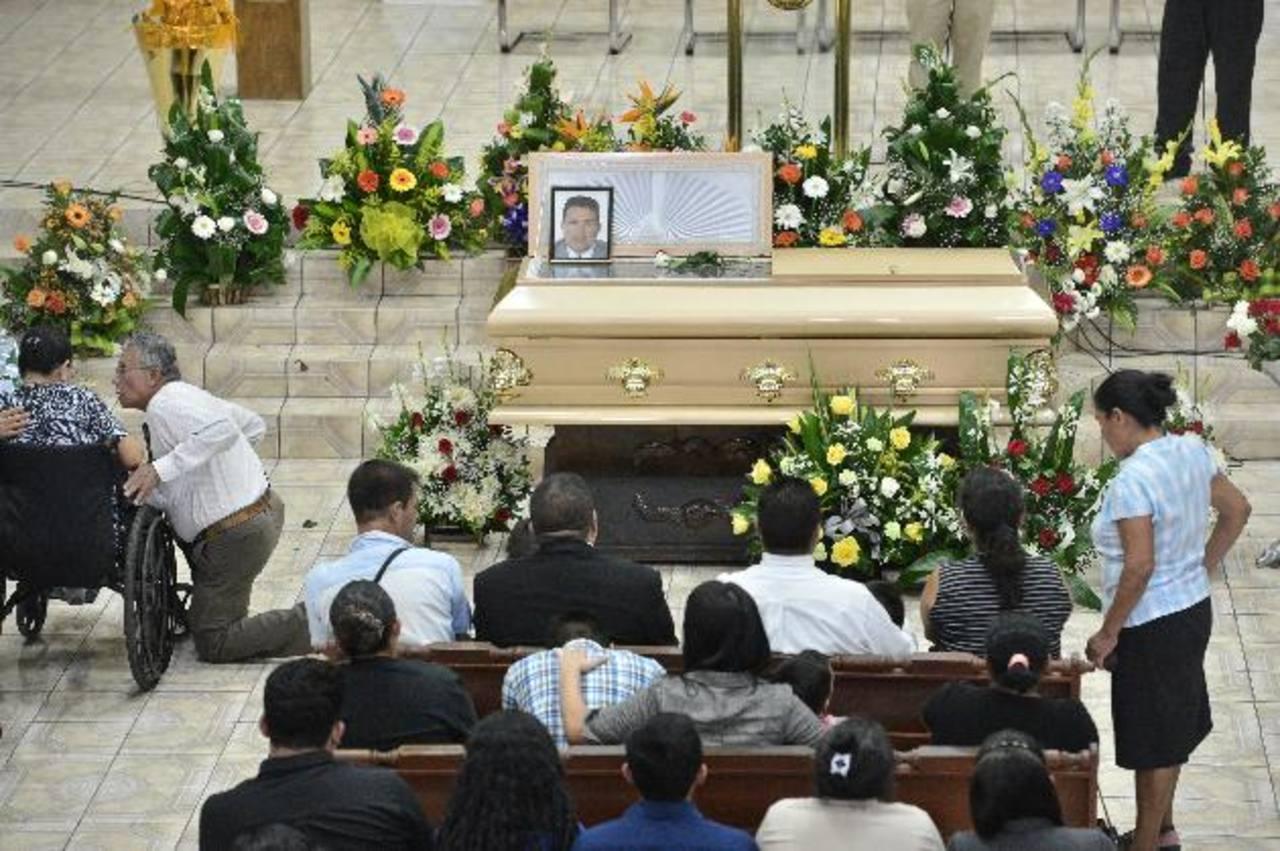 Parientes y amigos dieron el último adiós al abogado Juan Alberto Pichinte, asesinado en Cojutepeque. Foto EDH / René Quintanilla
