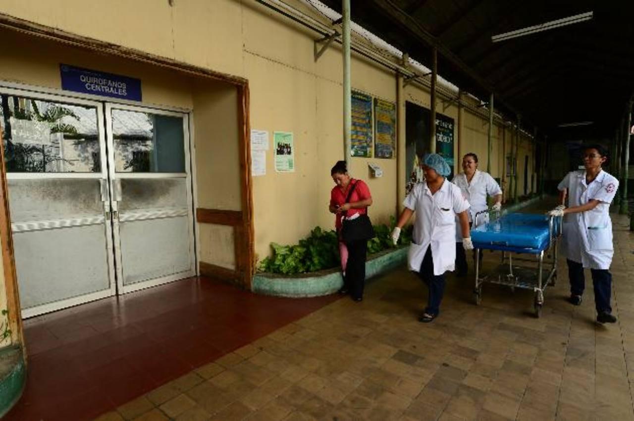 Empleados del hospital Nacional Rosales caminan frente a los Quirófanos Centrales. Foto EDH / Jorge reyes