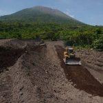 Las obra se suman a los reservorios existentes en varias comunidades del coloso, y con los que han retenido más de 200 mil metros cúbicos de lodo y piedra volcánica. Foto EDH /ARCHIVO