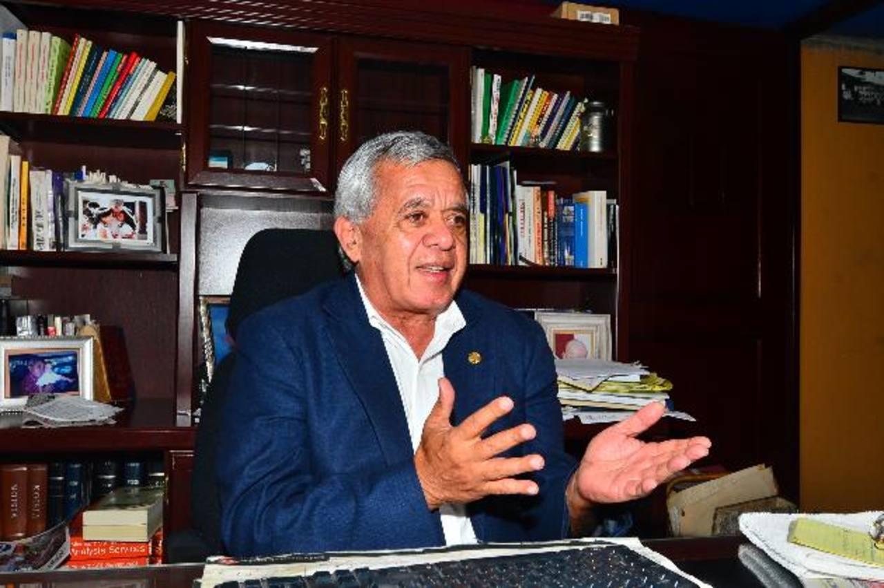 El general Mauricio Ernesto Vargas fue uno de los representantes del Gobierno en el proceso de diálogo y negociación con la entonces guerrilla del FMLN. Foto EDH / René Quintanilla