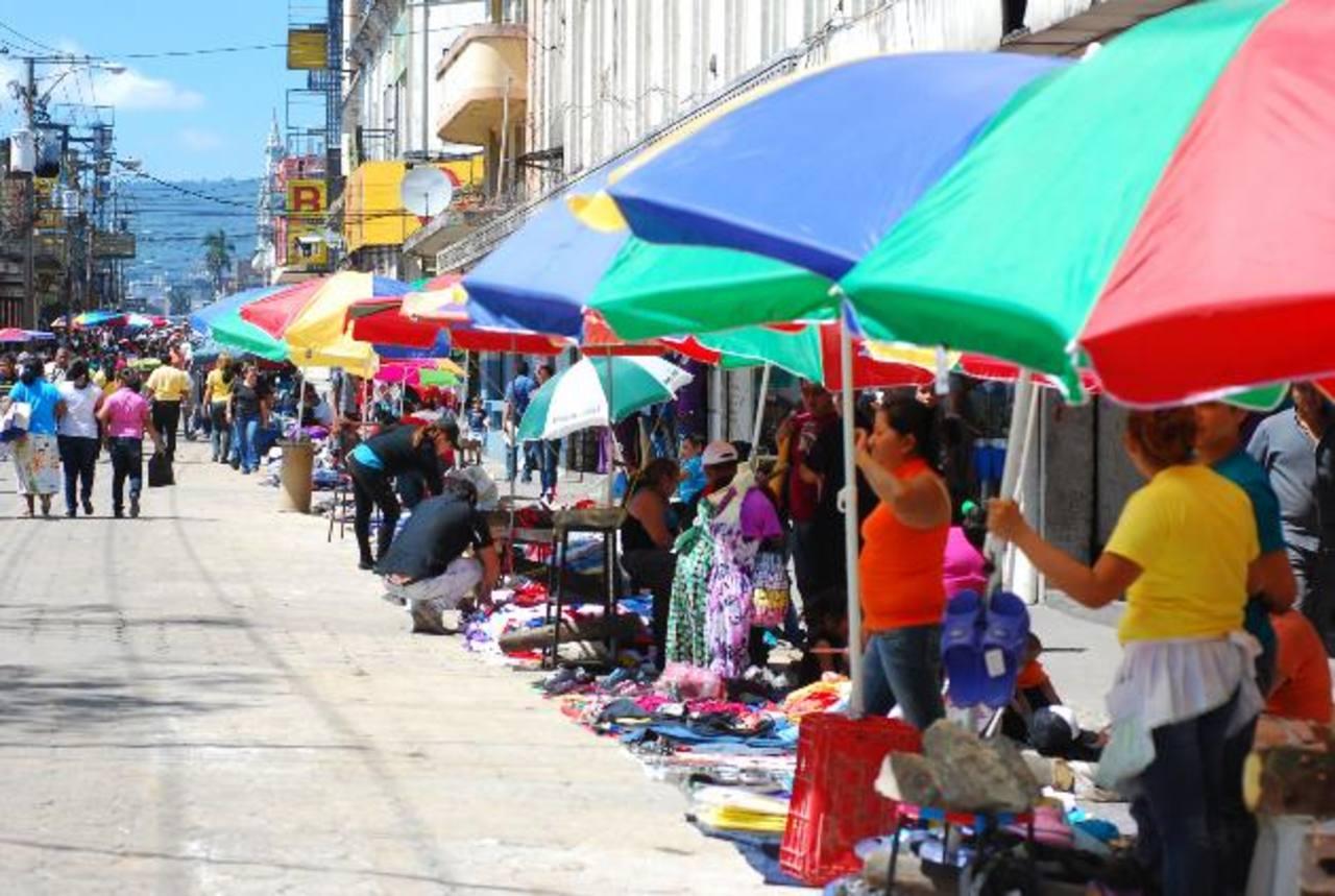 En la actualidad existe una mesa de diálogo entre la municipalidad y los vendedores informales. Foto EDH /archivo