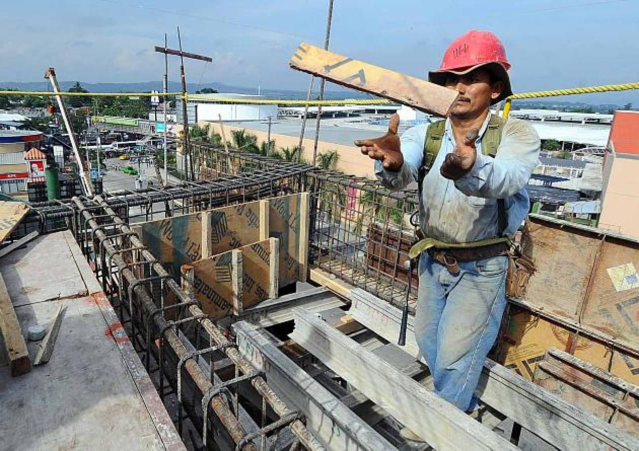 Obtener permisos para la construcción es uno de los principales dolores de cabeza para los empresarios en el país. foto edh /