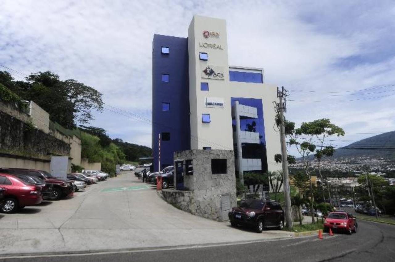 La Superintendencia de Competencia inició entrevistas con televisoras locales esta semana. foto edh / ARCHIVO