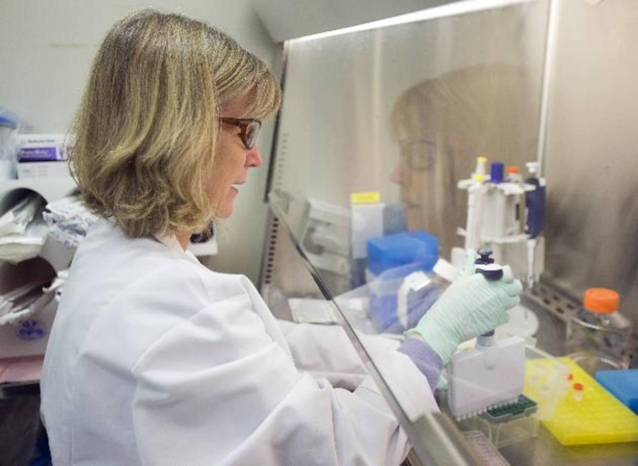 Una científica de Merck realiza experimentos en un laboratorio de la multinacional farmacéutica. _Foto Expansión /AP.