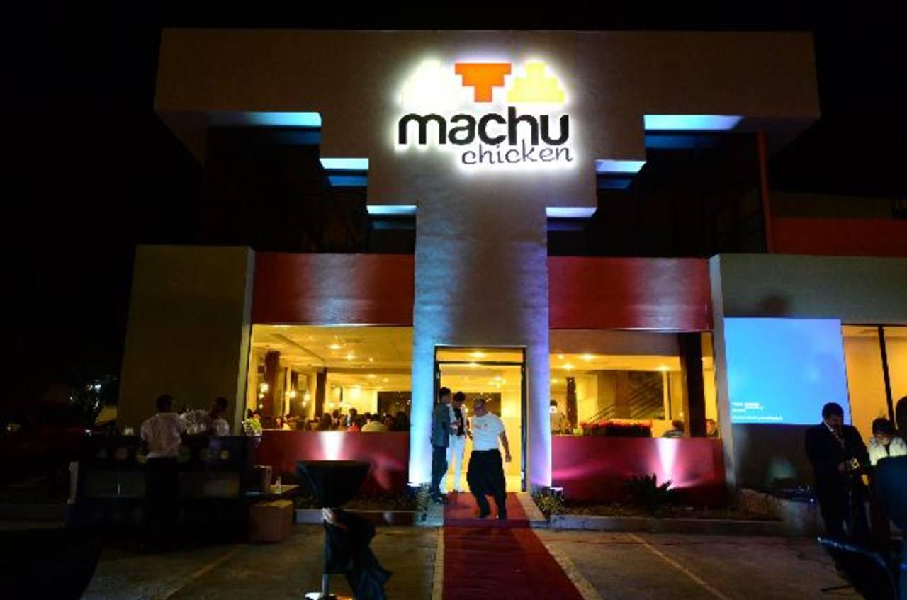 El restaurante Machu Chicken se encuentra sobre la calle Chiltiupán y Avenida Balsamar, frente a Plaza Merliot.