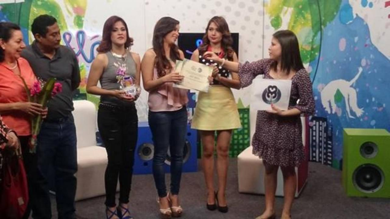 Amy junto a las dos finalistas del reality.