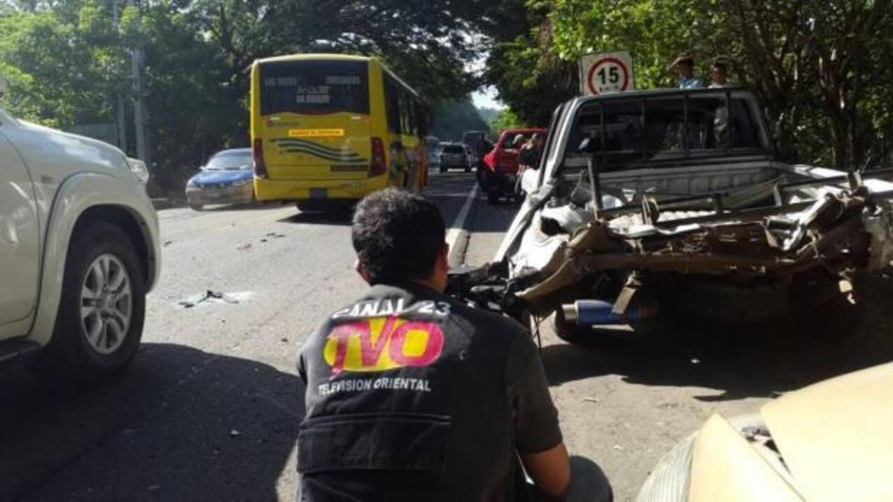 Cuatro personas resultaron lesionadas en el quíntuple accidente ocurrido a la altura de Chinameca. Foto EDH /Cortesía TVO