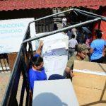 Personal de la Fuerza Armada carga objetos del hospital de Maternidad. Foto EDH / César avilés