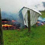 Video: Río de lava consume colina en Hawaii