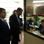 El abogado Rodolfo Garay Pineda y los dos coroneles presentaron las demandas en la secretaría de la Sala de lo Constitucional de la Corte Suprema. Foto EDH / Marlon Hernández.