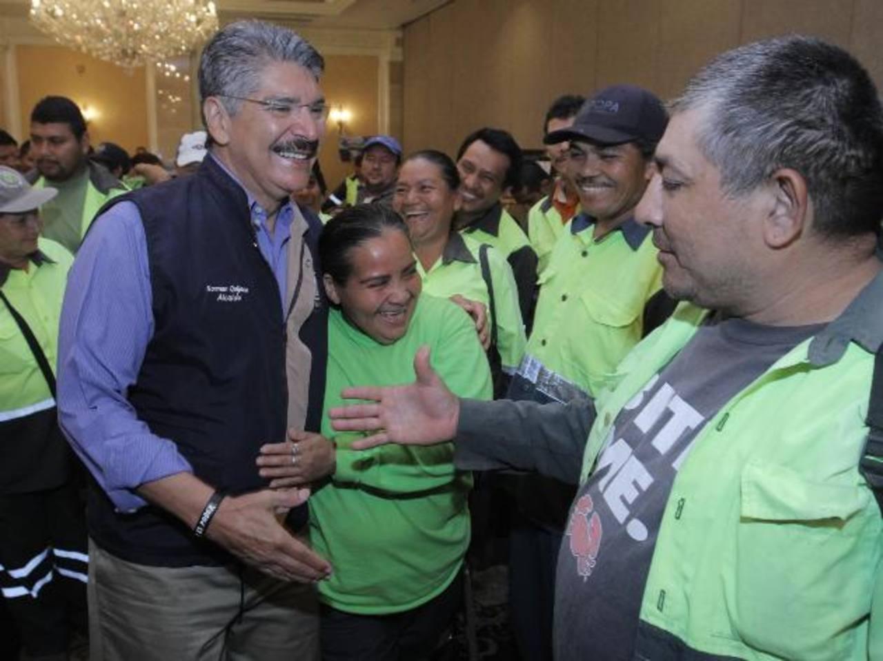 Los agremiados en Astram disfrutaron del reconocimiento que le ofrecieron al edil Norman Quijano, quien se llevó abrazos y buenos deseos. foto edh / CORTESÍA ALCALDÍA DE SAN SALVADOR