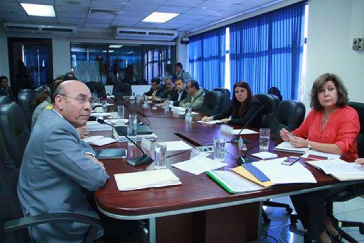 El ministro de Educación, Carlos Canjura (traje gris), llegó el lunes a la Asamblea para explicar su presupuesto 2015. Foto EDH / archivo