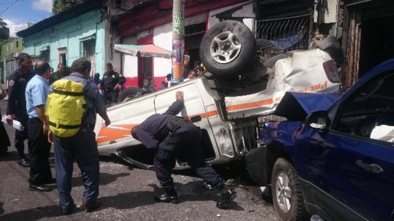 El carro con placas nacionales dio varias vueltas después de ser impactado por una camioneta donde viajaban particulares. Foto EDH / Leo González.