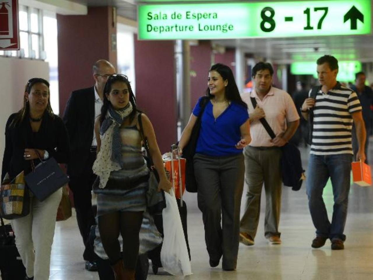 Con la medida aprobada los diputados esperan favorecer a los salvadoreños que aportan con sus remesas. Foto EDH /archivo