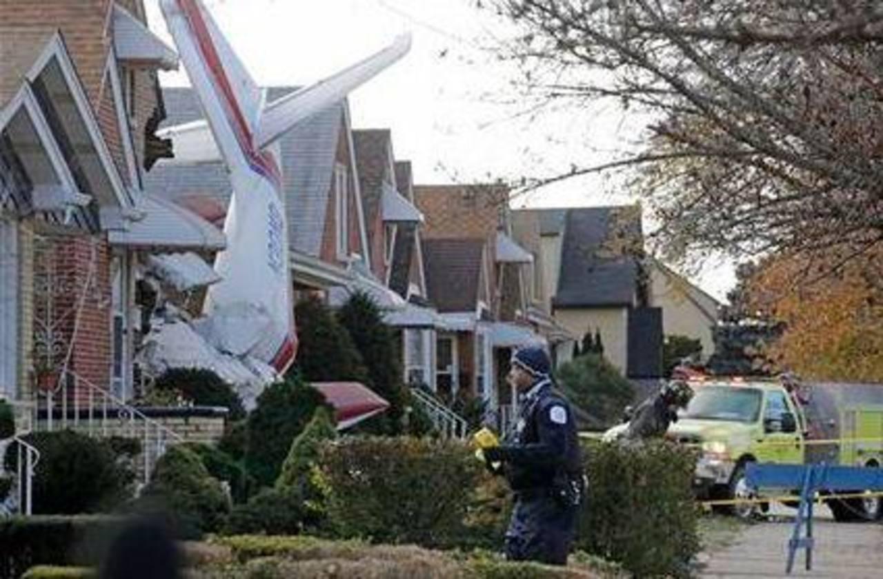 Policías y socorristas inspeccionaban la zona donde una avioneta se estrelló contra una casa en Chicago, causando la muerte del piloto.